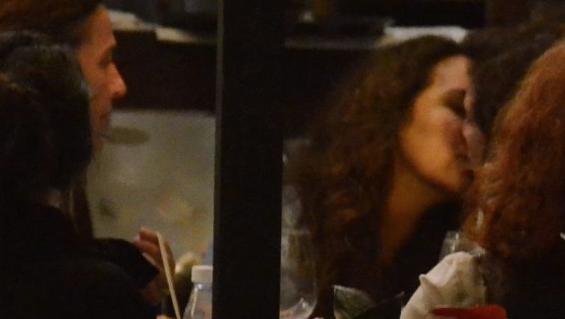 Famosa cantora é flagrada aos beijos com mulher em restaurante