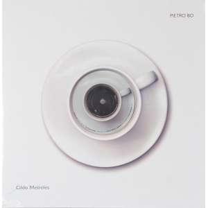 CILDO MEIRELES<br>Pietro Bo – Da série O Interior Está no Exterior<br>instalação s/ vinil Produzido por Difusor Filmes, fabricado por Breed Media (Londres, 2013) Copyright Cildo Meireles, 2012<br>31 x 31 cm