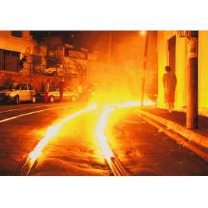 RONALD DUARTE<br>Fogo Cruzado (Fotografia da Ação)<br>fotografia impressa s/ papel, sem ass. (2002) (foto Wilton Montenegro)<br>29,7 x 42 cm