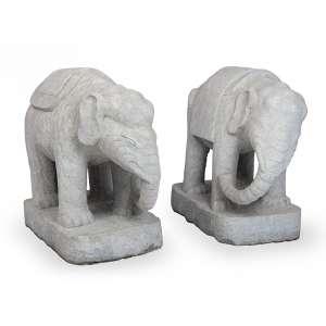 Elefantes<br>par de esculturas chinesas,<br>elefante maior: 64 x 53 x 77 cm elefante menor: 65 x 32 x 70 cm