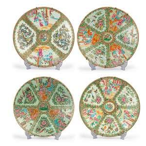 Conjunto de 4 Medalhões<br>porcelana chinesa decoração mandarim,<br>medalhão 1: 5 x ø38 cm medalhão 2: 7 x ø40 cm medalhão 3: 5,5 x ø40,5 cm (com restauro no verso) medalhão 4: 5,5 x ø37 cm