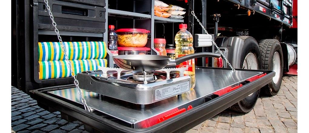 Trazemos uma reflexão sobre o custo de comer fora e ter a própria caixa cozinha no caminhão, um item que pode ser o grande aliado da caminhoneira na estrada. Foto: Divulgação