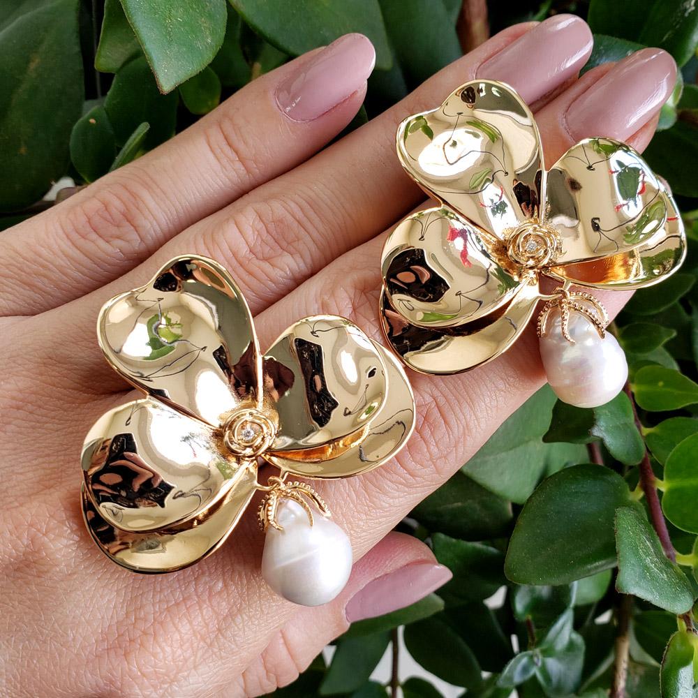 Brinco Orquídea com Pérola Barroca Folheado em Ouro