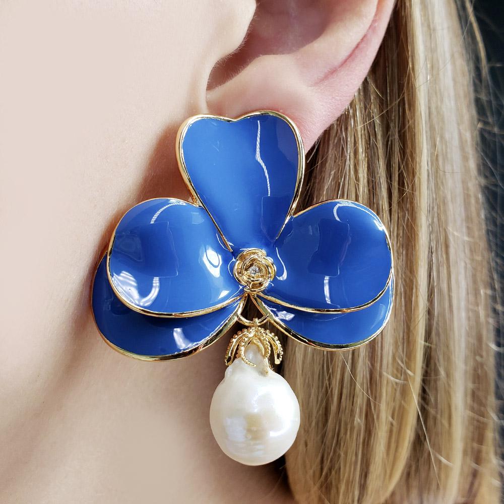 Brinco Orquídea Esmaltada Azul Pérola Barroca Folheado em Ouro