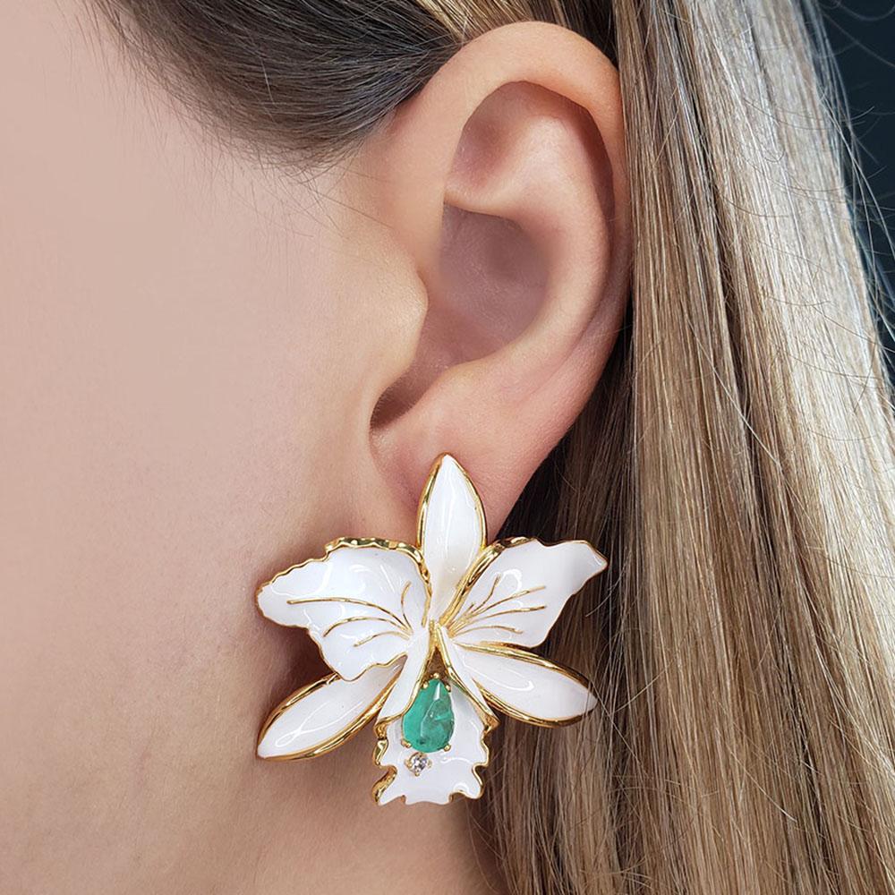 Brinco Orquídea Esmaltada Branca Gota Turmalina Verde Zircônia Folheada Ouro