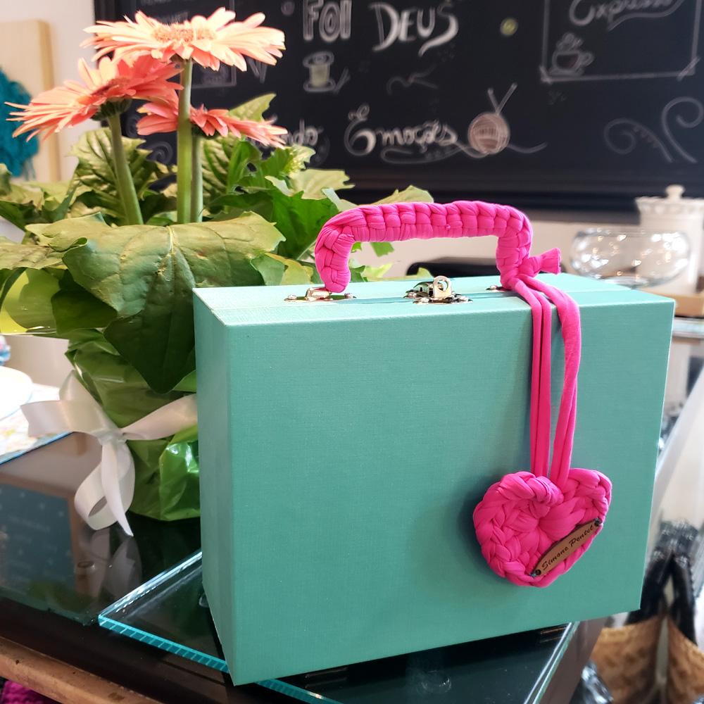 Mala Pequena Porta Joias Azul Turquesa Crochê Pink Bruna by Simone Pertel