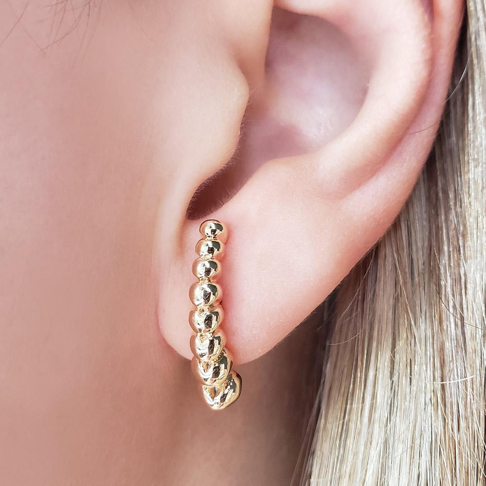 Brinco Ear Hook Corações Diferentes Folheado em Ouro