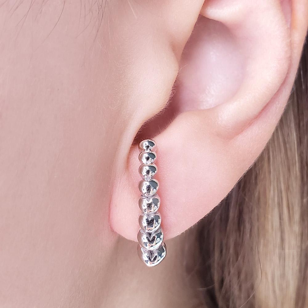 Brinco Ear Hook Corações Diferentes Folheado em Ródio Branco