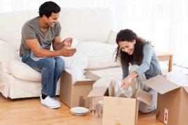 casal organizando caixas para fazer mudança residencial