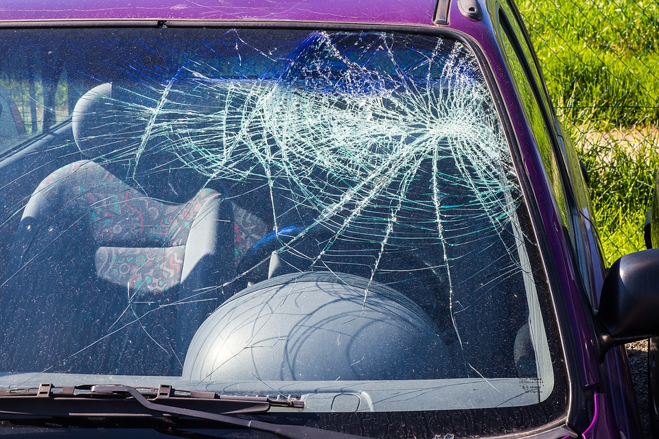 vidro-de-carro-quebrado