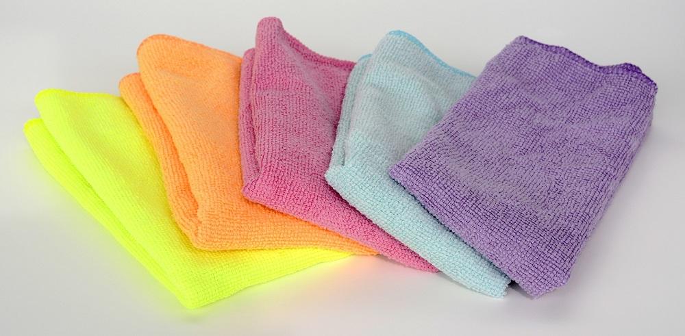 Pano de microfibra usado em lavagem ecológica de carro