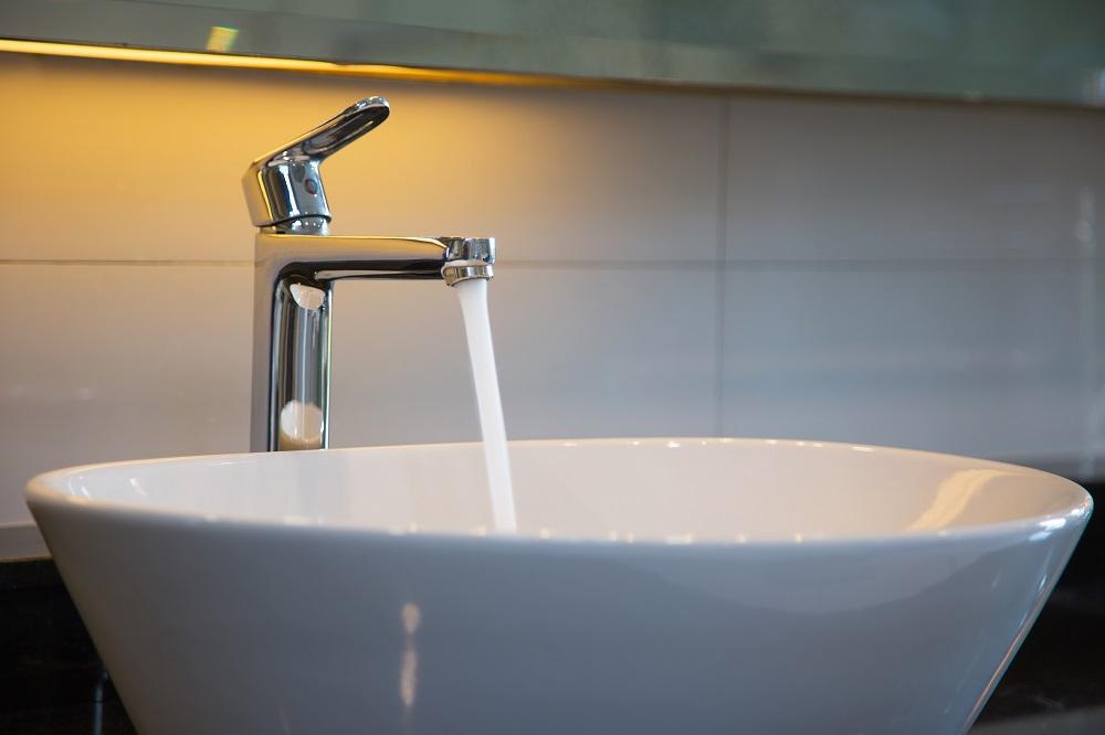 Torneira de banheiro aberta para troca da água e limpeza dos canos após limpeza de caixa d'água