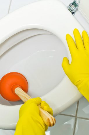 Como desentupir vaso sanitário? Conheça 7 maneiras de fazer isso