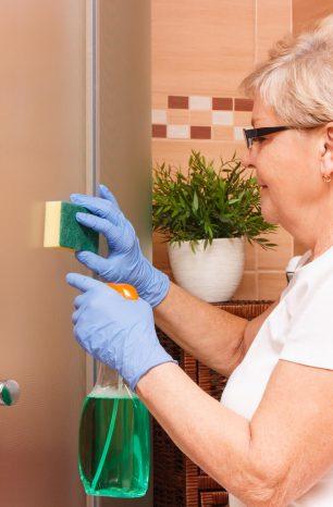 Como limpar box de banheiro? Confira esse passo a passo com 8 dicas infalíveis
