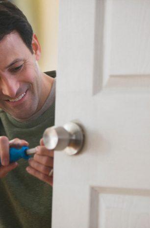 A porta não abre? Aprenda como consertar fechadura!