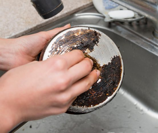 Como limpar panela queimada: conheça as 5 melhores formas