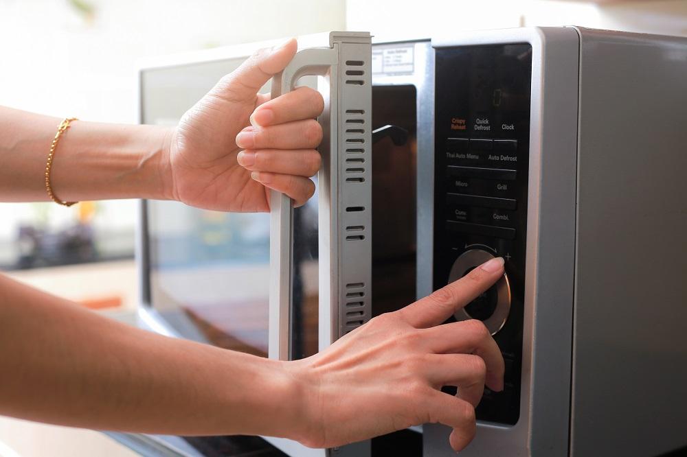 Dicas para quem mora sozinho: limpeza de micro-ondas