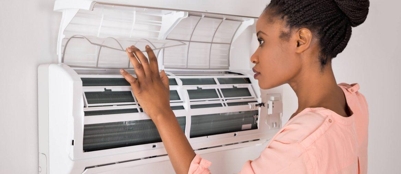 mulher analisando como instalar ar-condicionado split