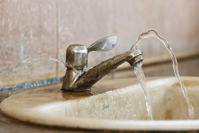 vazamento no banheiro, vazamento de água, vazamento na torneira, vazamento