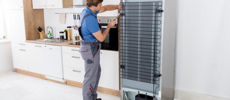 conserto de geladeira, profissional consertando geladeira