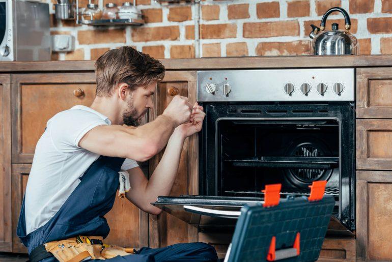 como consertar fogão, homem consertando fogao