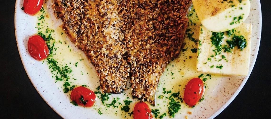 Barriga no fogão: Truta em crosta com palmito fresco e tomatinhos