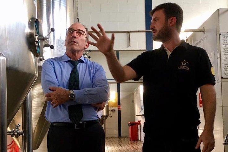 U.S. Consul General in São Paulo, Adam Shub, visits award-winning craft brewery that uses American hops.