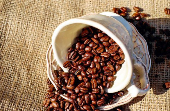 Cafeína: grãos caídos de uma xícara de café sob uma mesa