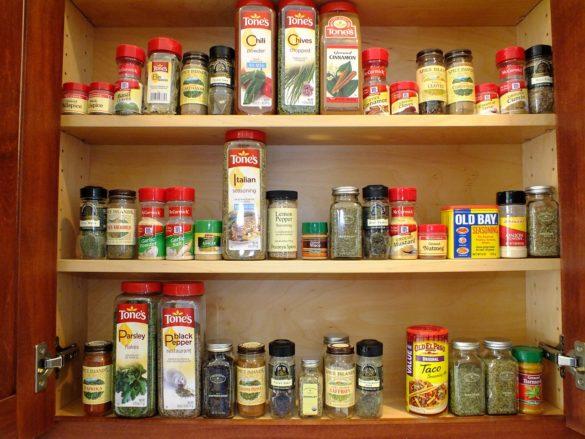 Toc: imagem com frascos de tempero organizados metodicamente