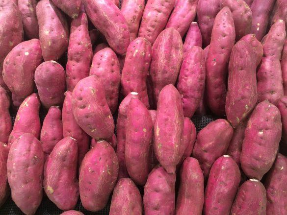 Benefícios da batata doce: batatas doce em grande quantidade, juntam em um monte