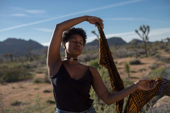 Emagrecer: mulher negra saudável em um deserto