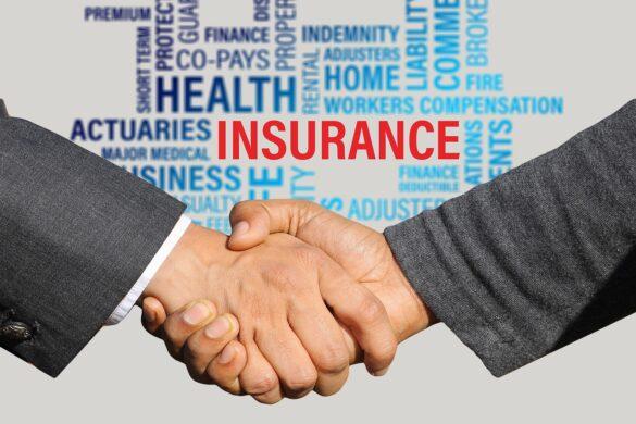 """Convênios: duas pessoas apertando as mãos com letterings ao fundo com palavras sinônimas ao termo inglês """"insurance"""""""
