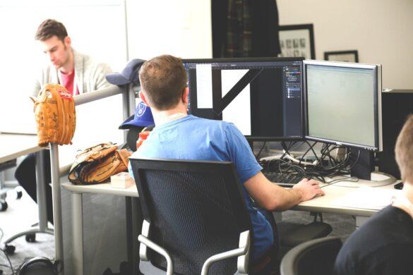 O que é uma startup: foto de dois homens em um escritório de uma startup