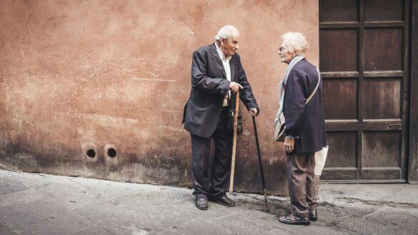 Plano de saúde para idosos: Casal de idosos sorrindo em uma rua