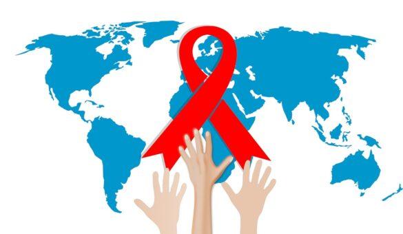 Tudo sobre HIV: ilustração do mapa terrestre e três mãos buscando alcançar uma fita vermelha