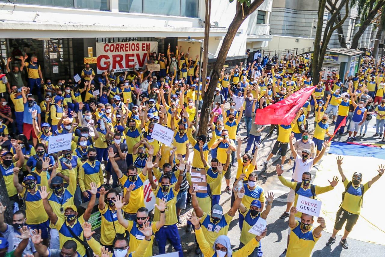 Contra retirada de direitos, trabalhadores dos Correios estão em GREVE por tempo indeterminado