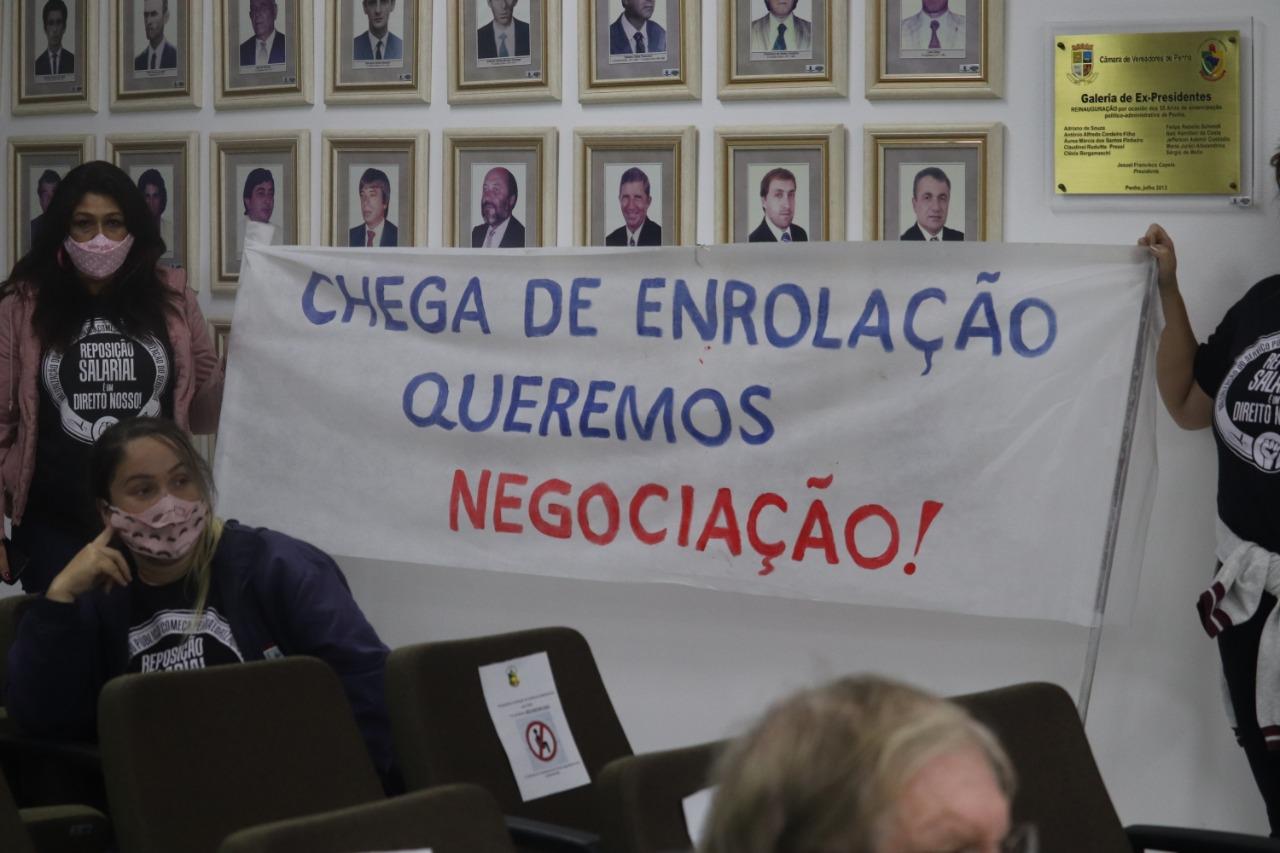 Servidores fazem manifestação na sessão da Câmara de Vereadores de Penha