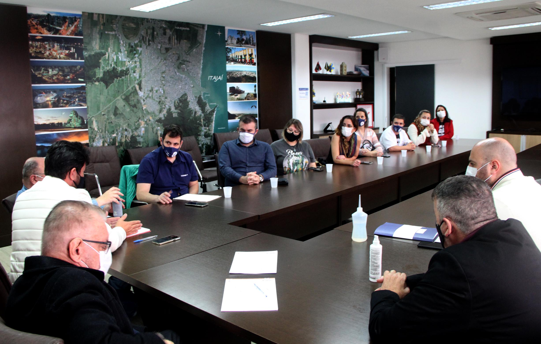 Representantes dos servidores e governo municipal se reúnem para debater pautas da greve