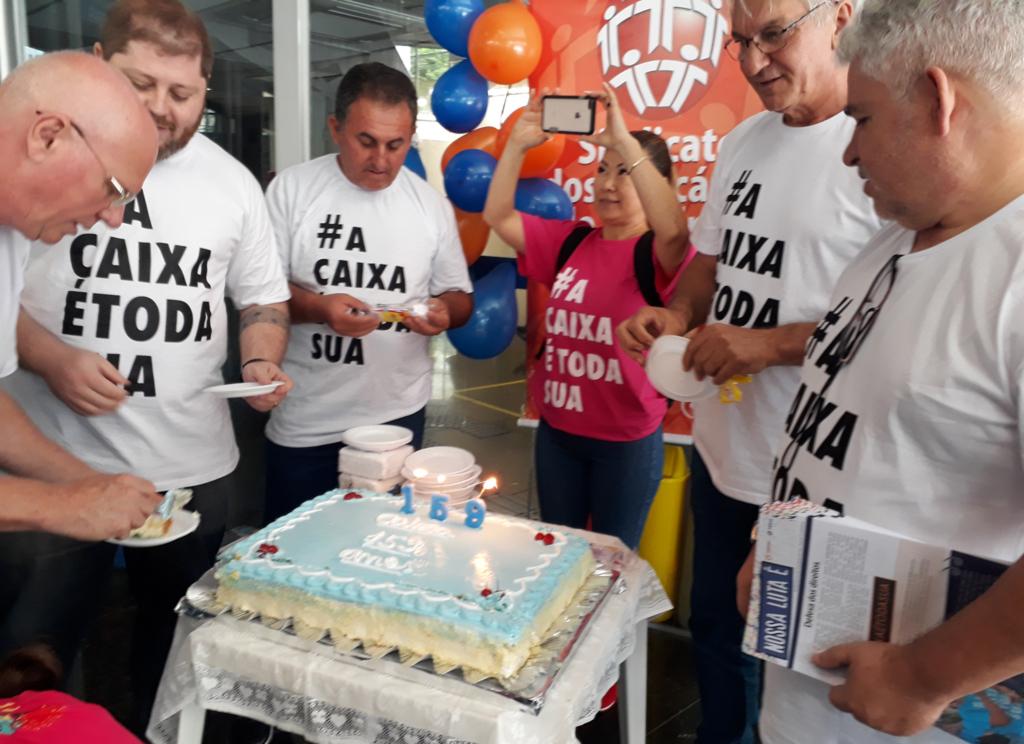 Sindicato de Londrina distribui bolo para clientes e ressalta defesa da Caixa