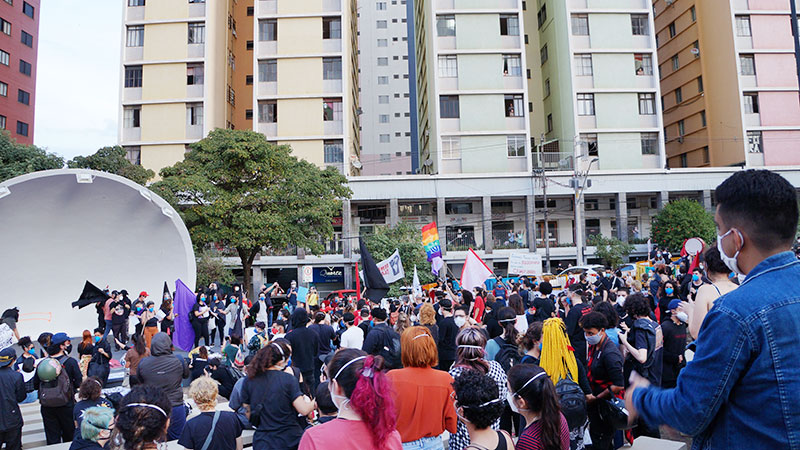 """Manifestação pelo """"Fora Bolsonaro"""" reúne mais de 1.000 pessoas em Londrina"""