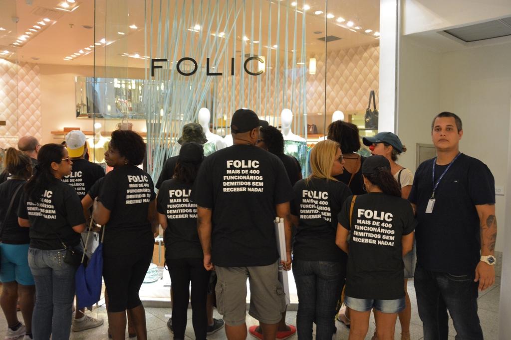 Ex-funcionários da Folic em uma das manifestações pacíficas realizadas contra a grife com o apoio do Sindicato. À direita o diretor dos Comerciários Antônio Santos Junior. Foto: Rafael Rodrigues/ Sindicato dos Comerciários RJ
