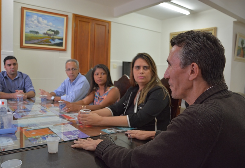 Representantes da Di Santinnni ouvem o diretor José Cláudio de Oliveira, à esquerda. Ao fundo o presidente Márcio Ayer
