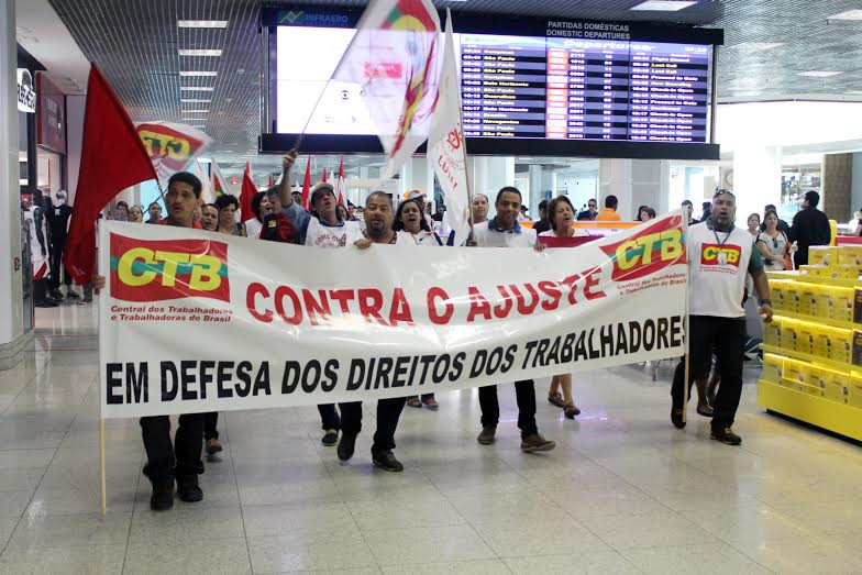 Equipe de fiscalização em ação em loja do Aeroporto Santos Dumont