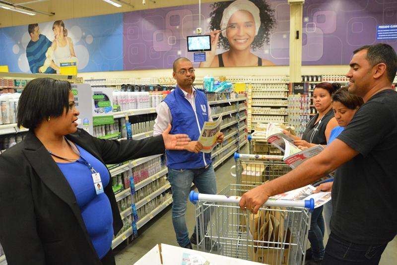 A diretora Rosângela Rocha conversa com comerciários do Wall Mart