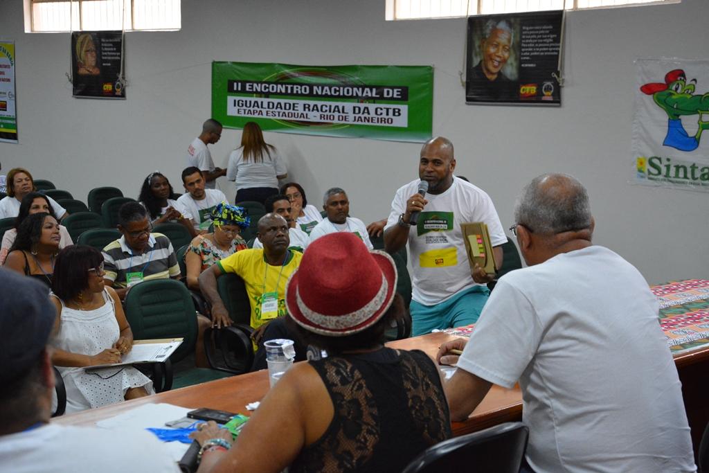 O secretário geral Marcelo Black fala à plenária