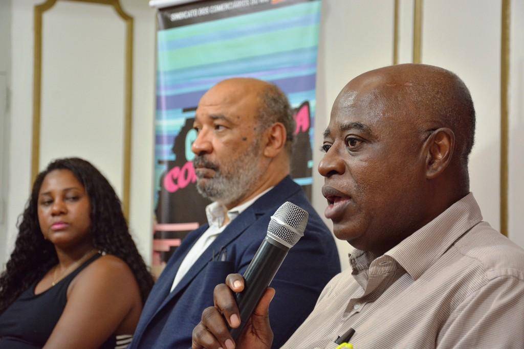Da esquerda para a direita a diretora sindical Fabiana Lemos e os cientistas sociais Mário Theodoro e Newton Oliveira. Imagem: Wellington Santos/ Comerciários