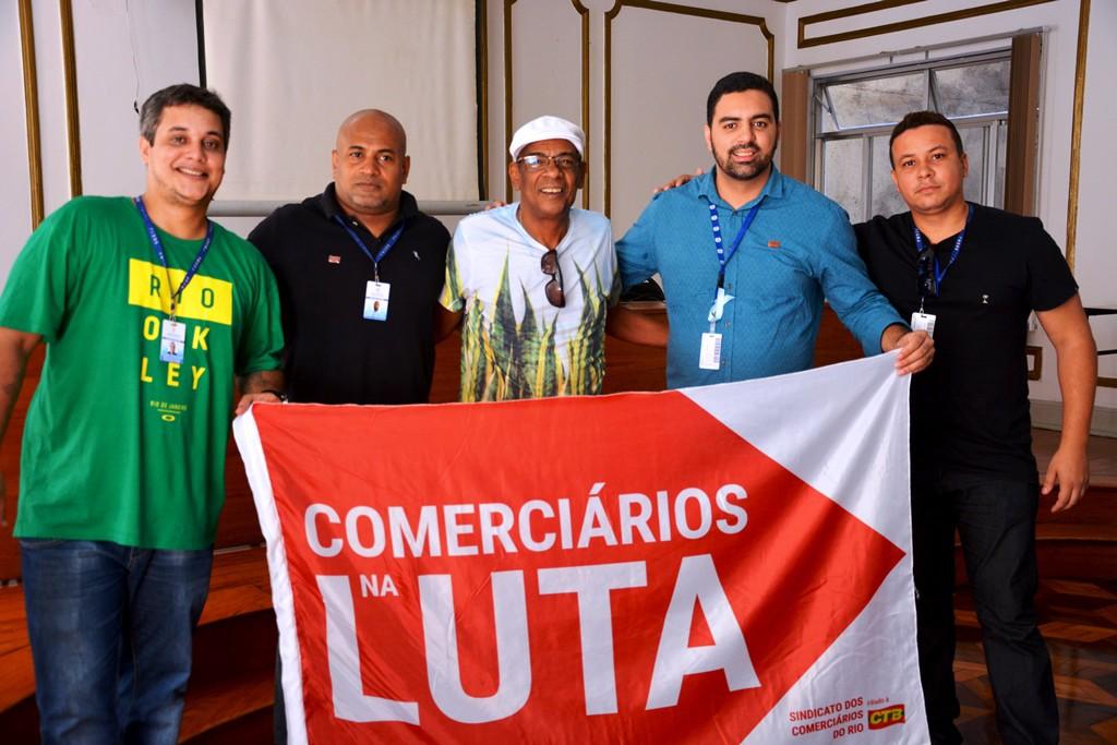 Na imagem, Corello DJ entre os diretores Antônio Júnior, Marcelo Black, Márcio Ayer (presidente) e Paulo Henrique. Foto: Rafael Rodrigues/ Comerciários