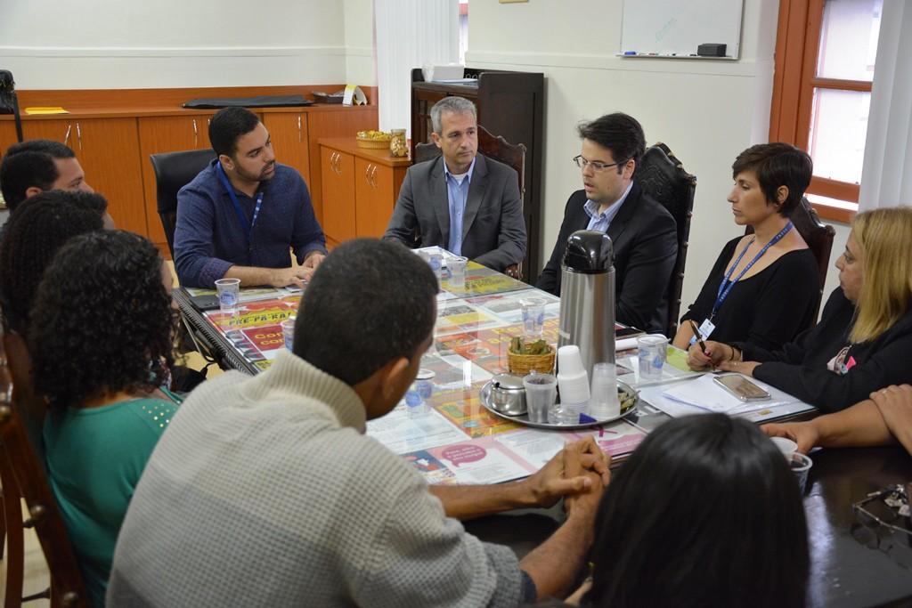 Observado pelo presidente Márcio Ayer (na cabeceira) e advogados do Sindicato, o advogado da Casa Cruz (de óculos) se explica à comissão de funcionários demitidos. Foto: Rafael Rodrigues/ Comerciários