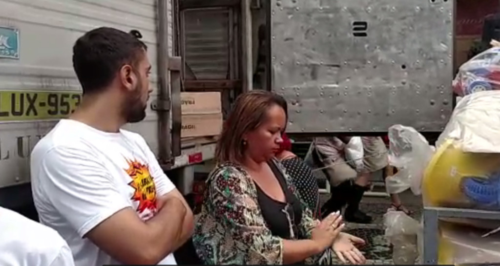 Vice-presidenta Sandra Nogueira interrompe descarregamento de caminhão por vendedores   Imagem: Rafael Rodrigues/Comerciários