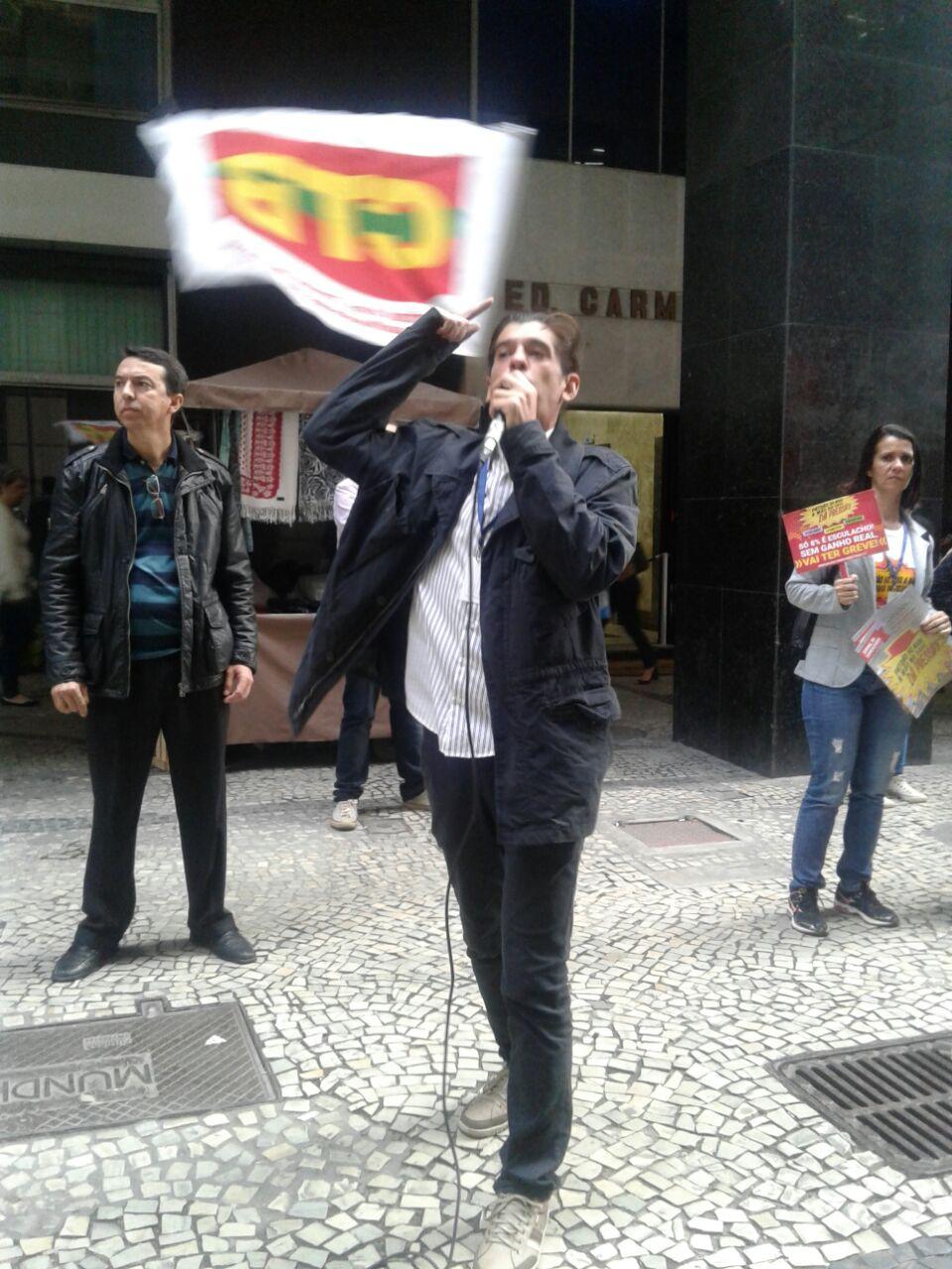 O diretor do Sindicato Marcelo Max em discurso na  Rua da Uruguaiana